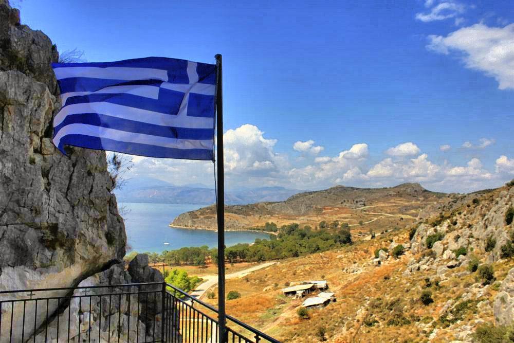 Griechische Flagge über den Bergen